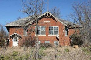 Abandoned 1925 school in Farmington, Kansas courtesy Tom McLaughlin/Flickr.